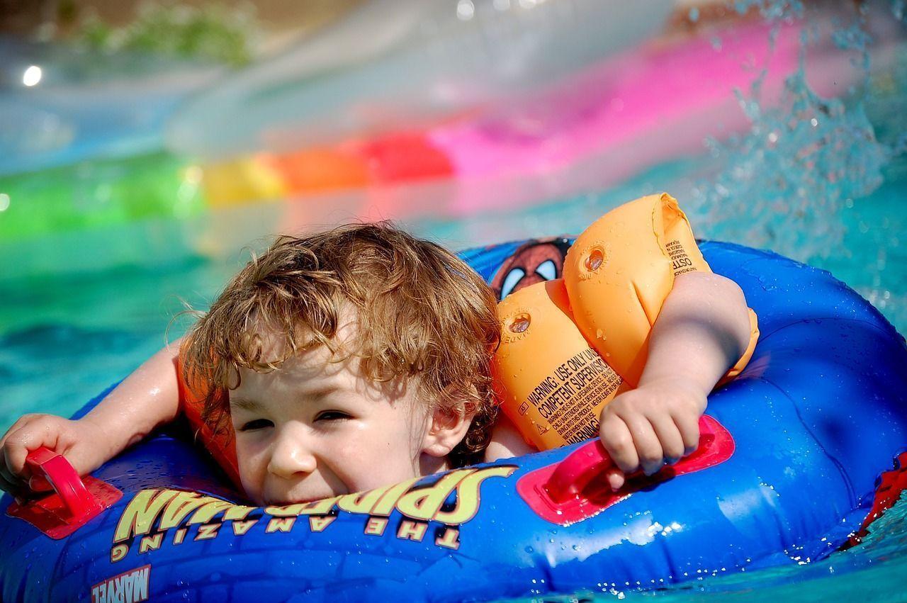 Campamentos y piscinas, algunos de los lugares favoritos de los piojos